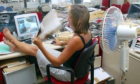 An-office-worker-fanning--007